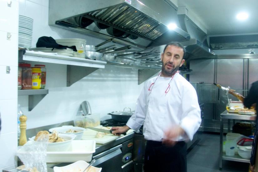 Cocina de Ramon Pipi abierta al público con cristalera.